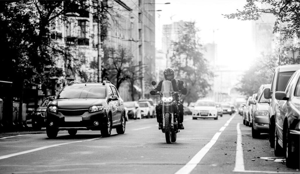 Όλα όσα πρέπει να ξέρουν οι οδηγοί αυτοκινήτων για τις μοτοσυκλέτες που κυκλοφορούν δίπλα τους